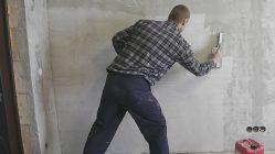 Как правильно зашпаклевать стену перед поклейкой обоев